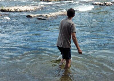 participant les pieds dans l'eau